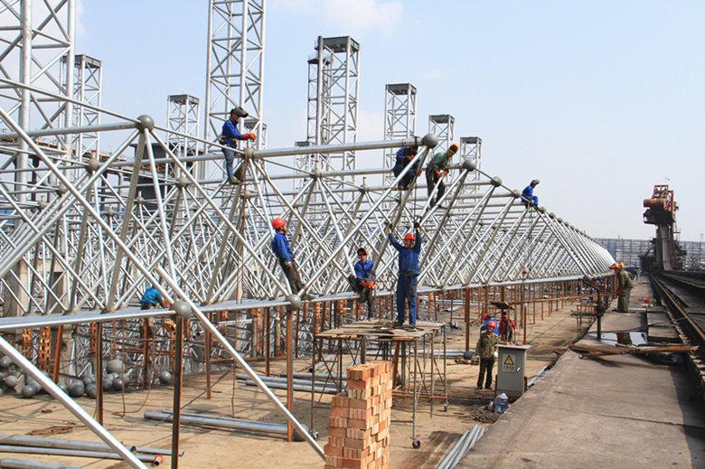 经过20多天的焊接作业,网架钢结构已经连成一体,几乎占满整个施工现场